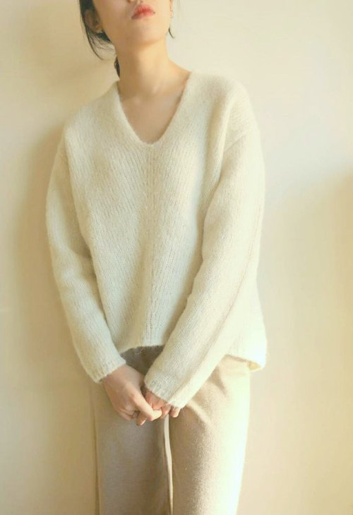 White 100% handmade wool V-neck sweater (other colors can be customized)
