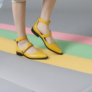 [Show products clear] buckles with a belt around the cut leather flat shoes yellow