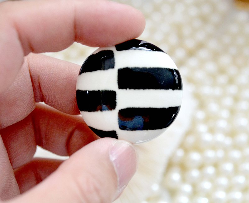 Ceramic art black and white horizontal pattern design brooch noble lady lady Japanese high-end second-hand vintage jewelry