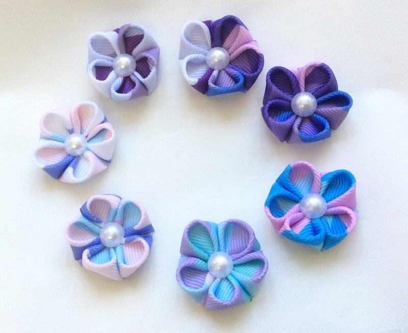 Purple kanzashi flower pin. Mini purple grosgrain flower pin. Purple ribbon flower lapel pin. Purple flower hair clip. Little flower pin.