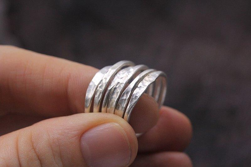 帶有錘面的6個手工製作的銀色可疊戴戒指套裝(R0061)