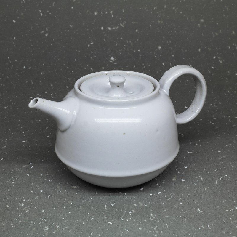 The white-glazed bell-shaped teapot is making pottery tea props by hand