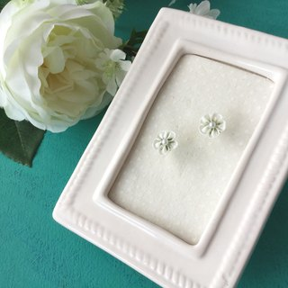 Tiny Flower Earrings White × Pearl