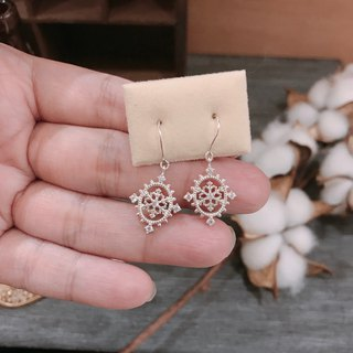 [Gold Charlene sterling silver] peace snow light earrings (draping / pin / clip) (snowflake earrings)