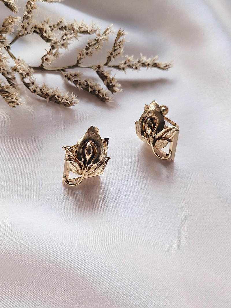 美國西洋古董飾品 / 金色海芋霧金刷紋葉復古栓式耳環 Vintage