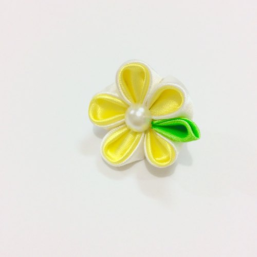 Kanzashi yellow ribbon flower lapel pin (つまみ細工)