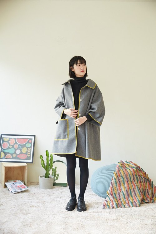 Non-gray wool material mustard Braille cape jacket