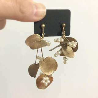 Designer Series --- Gold Leaf Pearl Flower String Dry Flower Earrings Not Withered Earrings Ear Clips