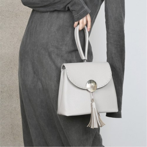 Grey west black and white three-color gray [ancient good co-operation models & Gigi Tata Fan X] Dongji Island optional leather handbag shell buckle small square package original design minimalist wild hand carry handbags full of the sincerity of the We