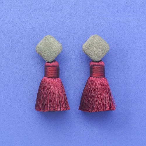Army suede square button / wine tassel earrings