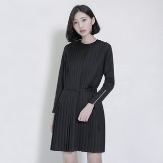 Weathering Mountain Pleated Dress_7AF110_Black