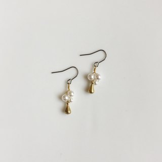 Flower and tears with forest mini pearl modeling earrings