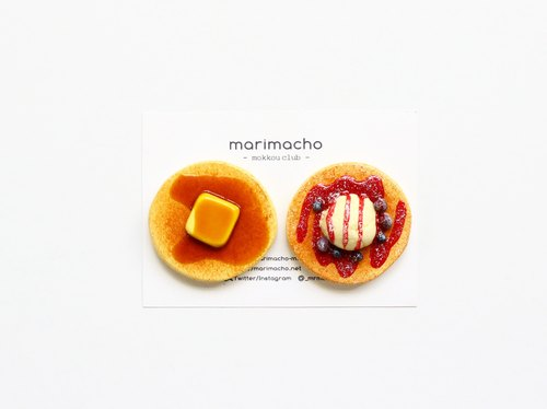 Small wooden magnet / brooch of hot cakes and pancakes
