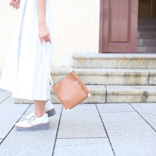 Box type bag. Brown leather / light brown / oblique pack / sidepack / summer essential / square pocket / clutch bag /