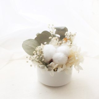 Classical retro mini table flower, white cotton and white hydrangea dry flower ceremony
