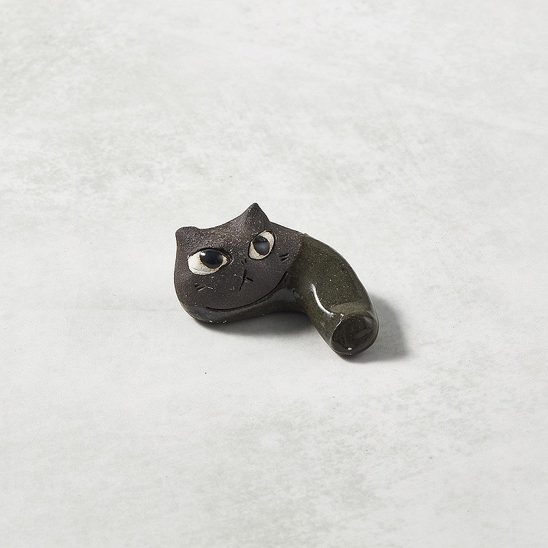 There is a kind of creativity-Japanese Mino ware-ceramic hand-made chopstick rest-cat bend-black