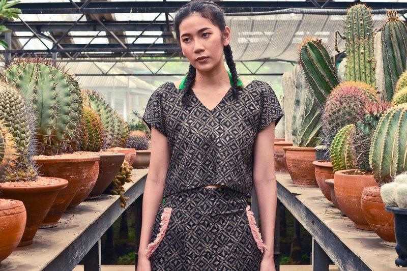 54d3b3b1c09a7e 'MUFFIN-X SET' [Top & Trousers] Crop Top with Wrap Culottes in Black Linen.  - Designer QOYA Vacation | Pinkoi