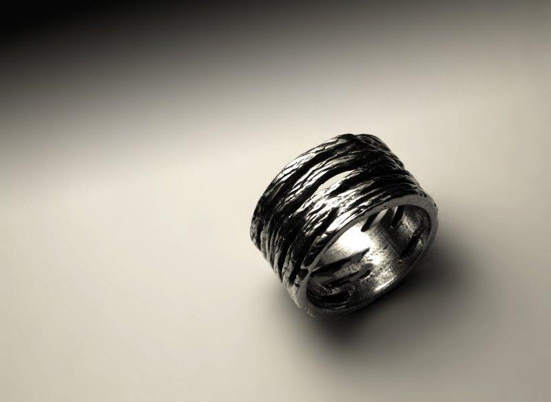 直鏤空刮痕質感銀戒指