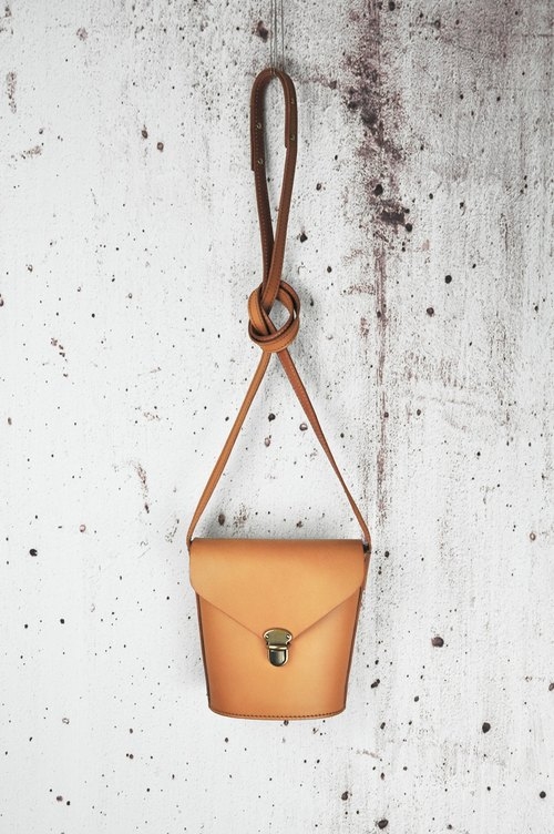 Milk bucket tanned leather phone bag ~ brown leather retro art fresh shoulder bag in the soft bag trapezoid hand system ~ simple retro commuter high quality