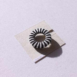 "Border round brooch ""small"" black × white"