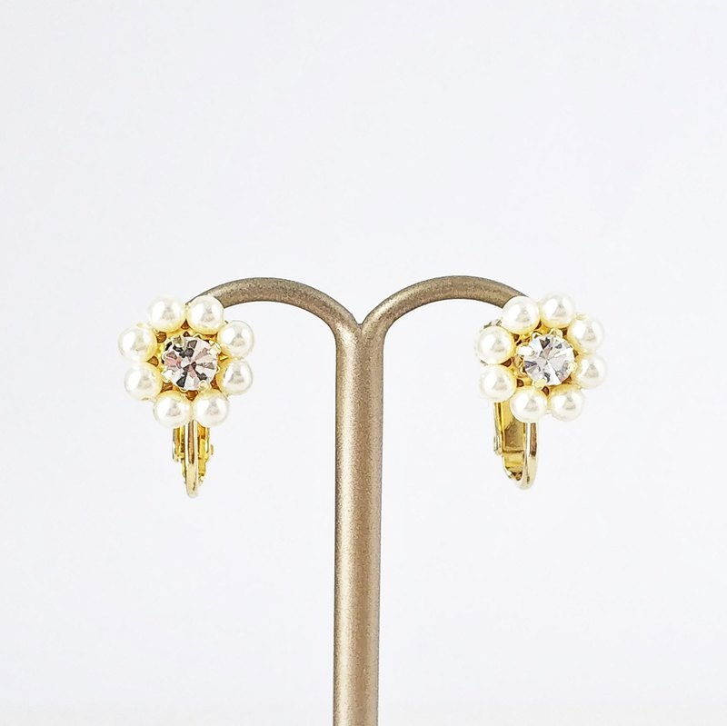 Mini Daisy Clip Earrings P0010