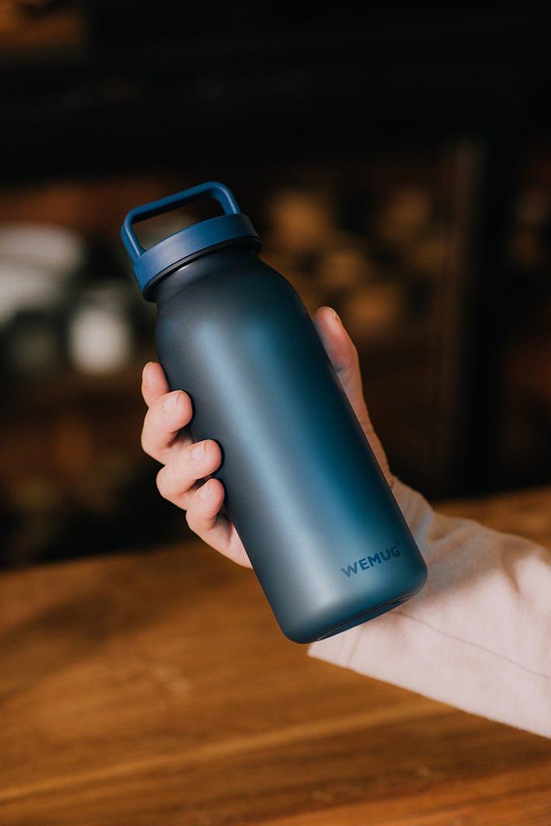 男生禮物 簡約日系 輕提式手把設計 防漏隨行杯水壺水瓶-經典藍