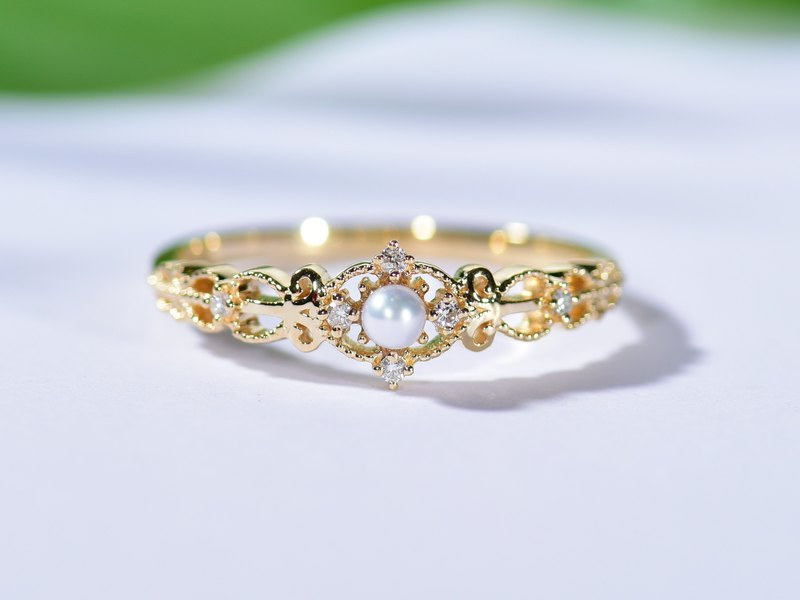 Vintage inspired Wedding Band in 18k Gold with pearls and diamond