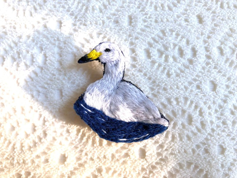 Yellow-billed swan wild bird embroidery brooch
