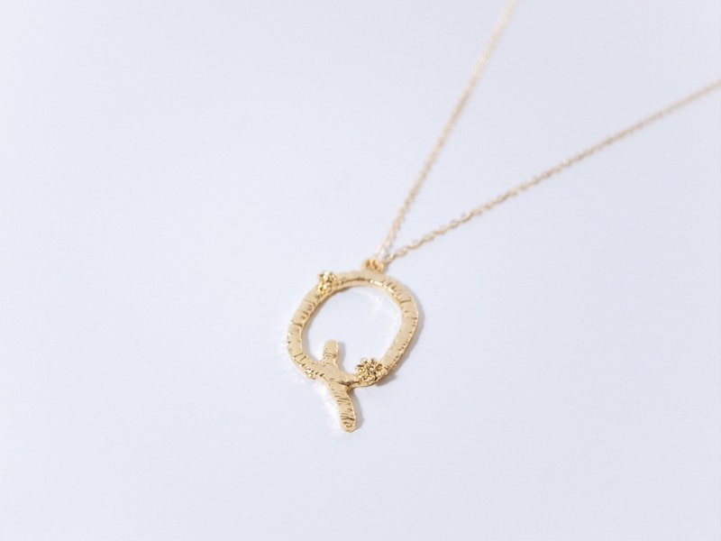 Flower vine letter necklace Q