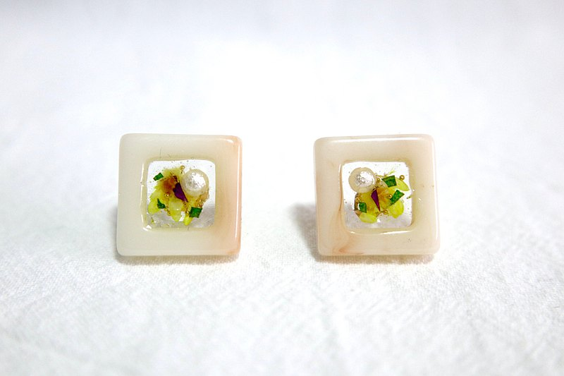 WooHoo hand-made. Dry flower square earrings. 925 ear pins. Ear clip. white. Made in Hong Kong