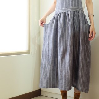 The daily hand-made clothes live in the girl's blue striped strap apron linen