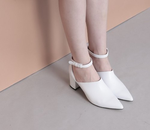 Wide side of the ankle very simple leather sharp heels white