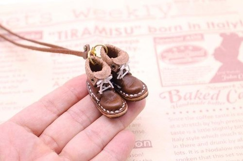 Of small leather boots necklace | cocoa