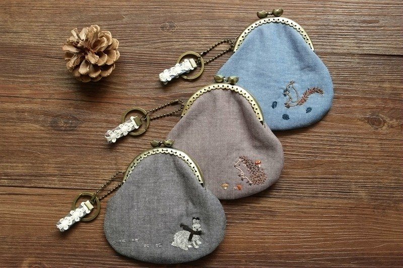 [Fruit and footprints] hand-embroidered small animals of the forest department coin purse mouth gold package