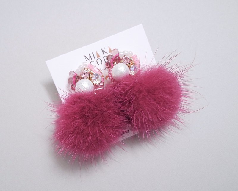 手工串珠 施華洛水晶 棉棉珠 桃紅色毛球 日本抗敏耳針/耳夾