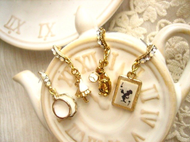 [Jolie baby] Alice Black & White Series - Walter Alice Pocket Rabbit Three-dimensional Tea Party Earrings