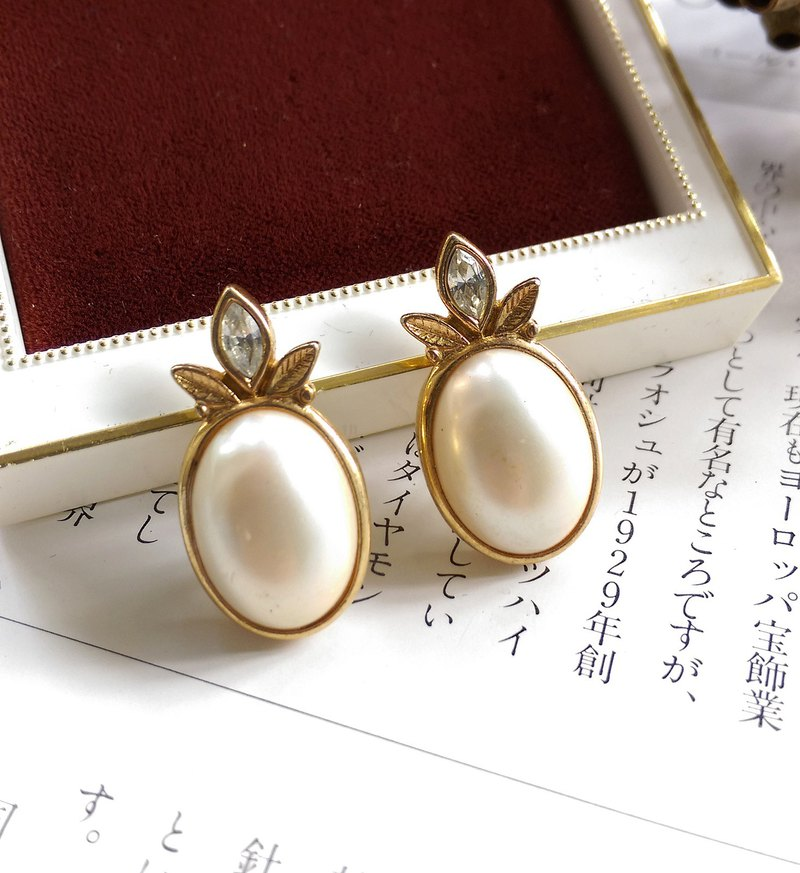 [Western antique jewelry / old age] 1980's cute oval pearl fruit pin earrings