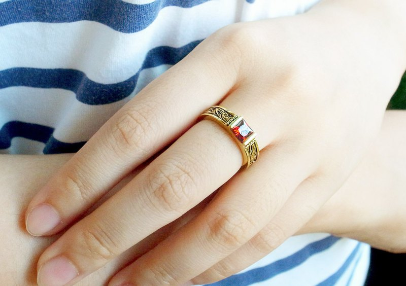 Classical engraved ruby ​​ring anti-allergic copper