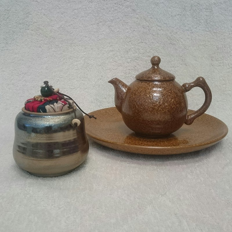 Gold and silver color red cloth cover hand pull a tea pot or two