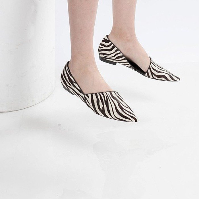 Beveled structure pointed leather flat shoes zebra