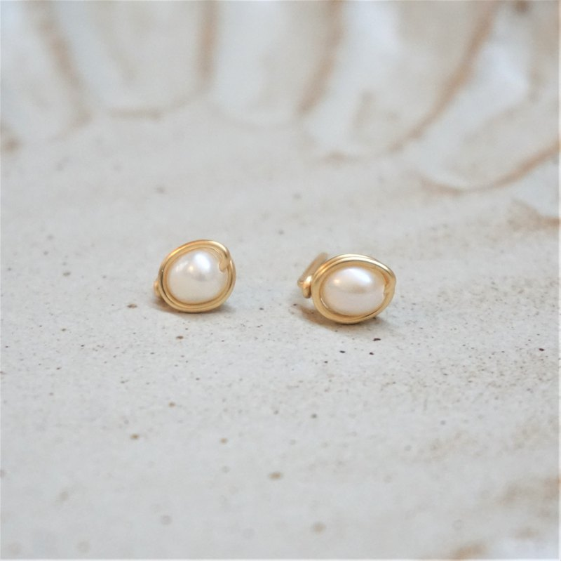 << Gold wire frame ear needles - freshwater pearls >> Freshwater pearl earrings (other painless ear clips)