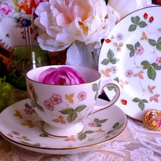 ♥ ♥ Annie crazy Antiquities British bone china Royal Queen Wedwgood tall wild strawberry flower cup coffee cup two groups ~ birthday gift Christmas gifts