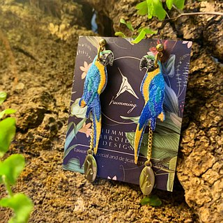 humming- Embroidery earrings  / blue-and-yellow macaws