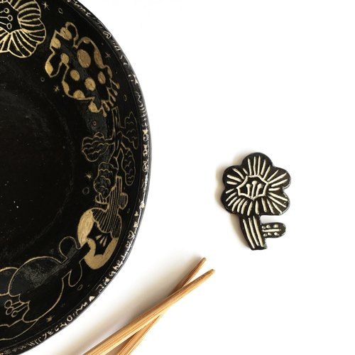 Flowers blossoming low-key black chopsticks holder