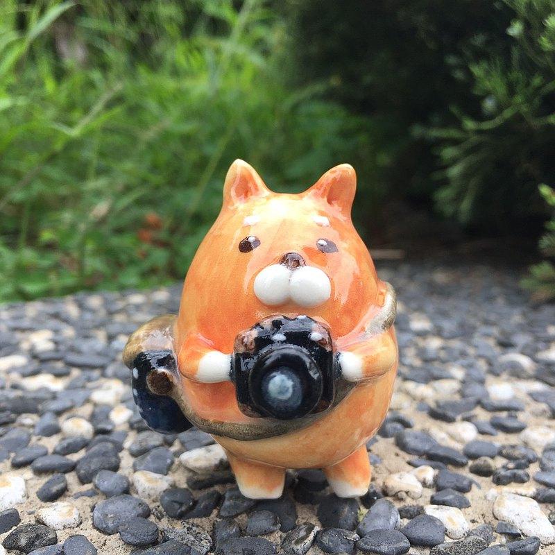 手作動物瓷偶-愛好攝影的柴犬