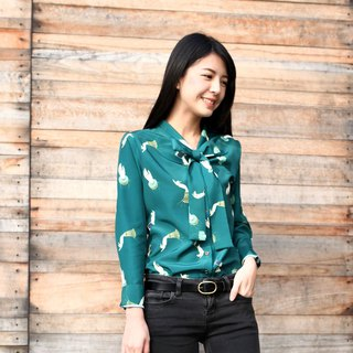 GT print green hand bow tie shirt S
