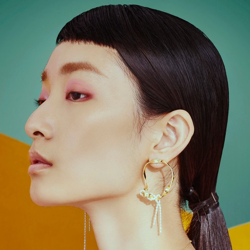 金色弧線珍珠耳環