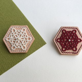 Hexagonal biscuit – tatted lace leather brooch/tatting/lace/leather/brooch