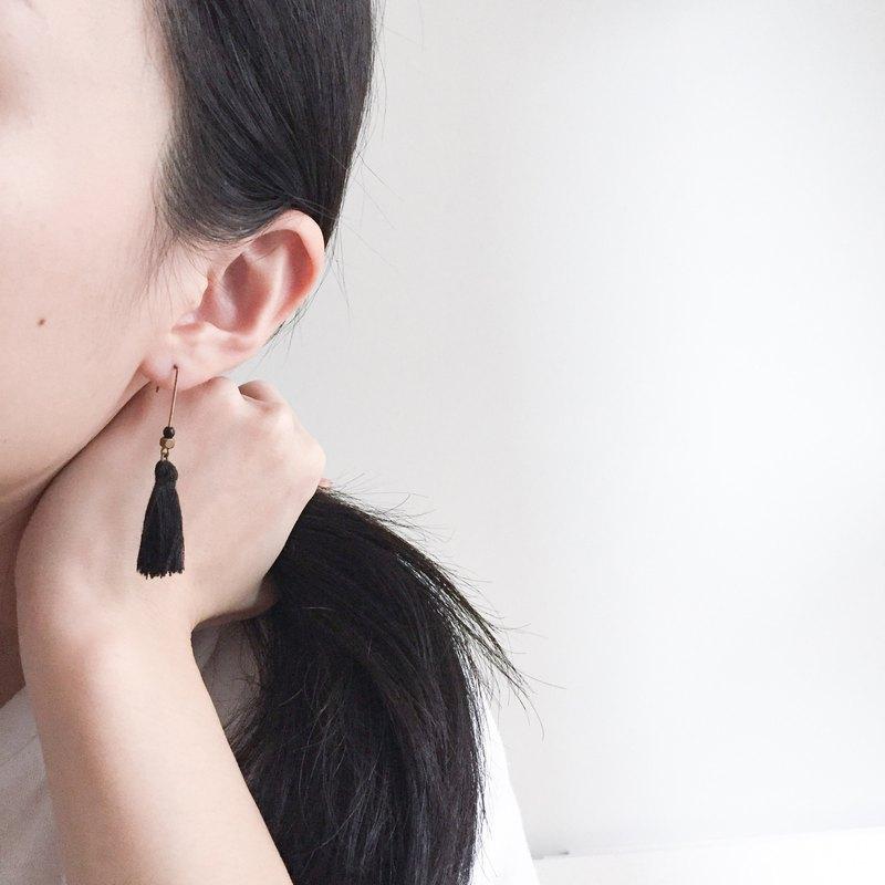 秋。黑流蘇黃銅方珠耳環