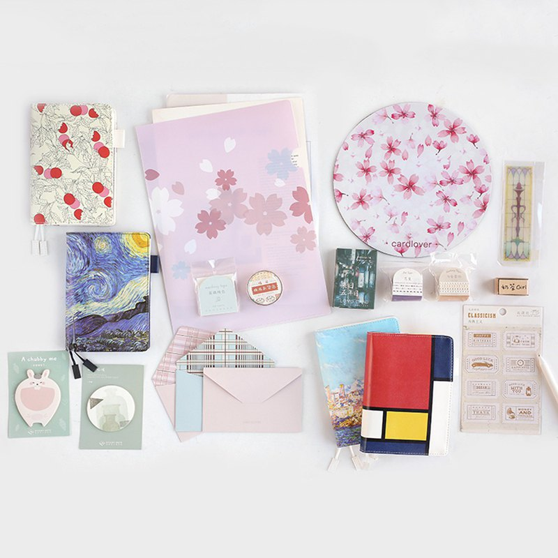 Pinkoi Christmas gift box with a handbook + 13-15 pockets